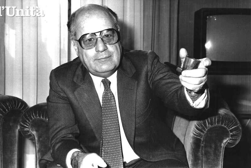 """Oscar Mammì, ministro delle Poste e Telecomunicazioni, artefice della cosiddetta """"legge Mammì"""" (legge n. 223 del 6-8-90) emanata a seguito del pronunciamento di incostituzionalità da parte della Corte Costituzionale sull'ordinamento delle reti tv nazionali previsto  dalla precedente legge n. 10 del 1985. La legge Mammì consentiva concentrazioni di reti nazionali nelle mani di un singolo soggetto fino ad un numero massimo di tre, come nel caso esistente della Fininvest di Berlusconi."""