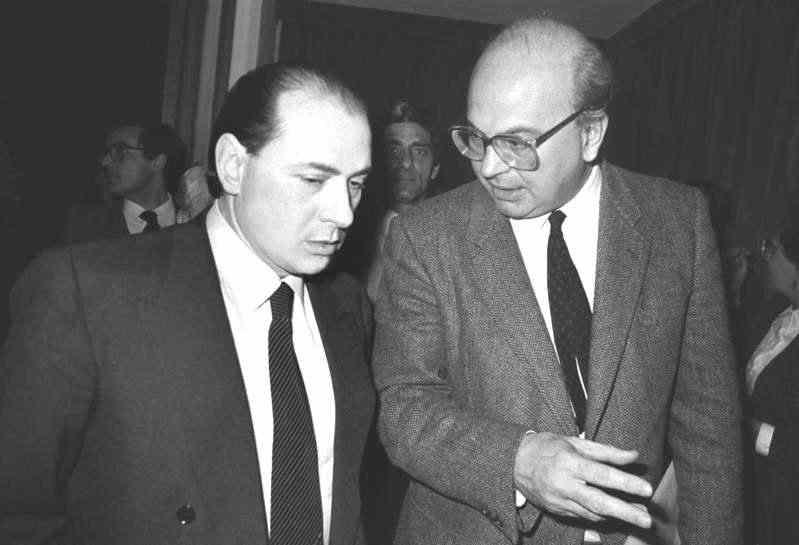 """Silvio Berlusconi (a sinistra) con Bettino Craxi, che nel 1984 emanò i cosiddetti """"decreti Berlusconi"""" volti a difendere le reti Fininvest da incombenti interventi della magistratura in nome della pluralità dell'informazione. Il Psi di Craxi si fece promotore della successiva legge Mammì del 1990 che sanzionò la nascita del duopolio televisivo Rai-Fininvest."""