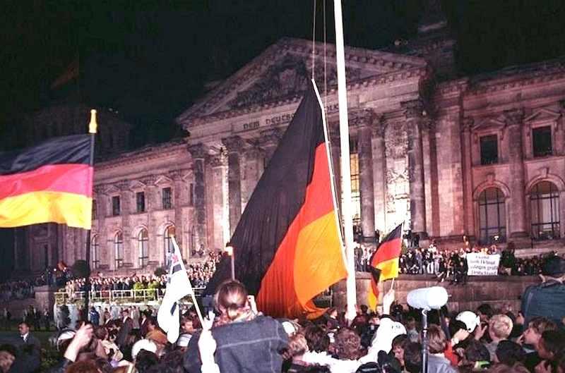 Il 3 ottobre 1990 il popolo tedesco festeggia davanti al Bundestag la riunificazione della Germania.