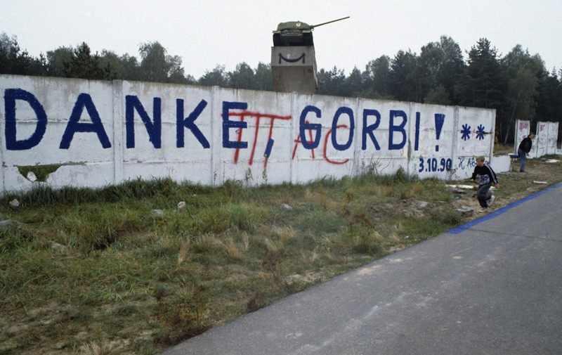 Germania Est e Germania Ovest sono riunificate. I tedeschi ringraziano Gorbaciov.