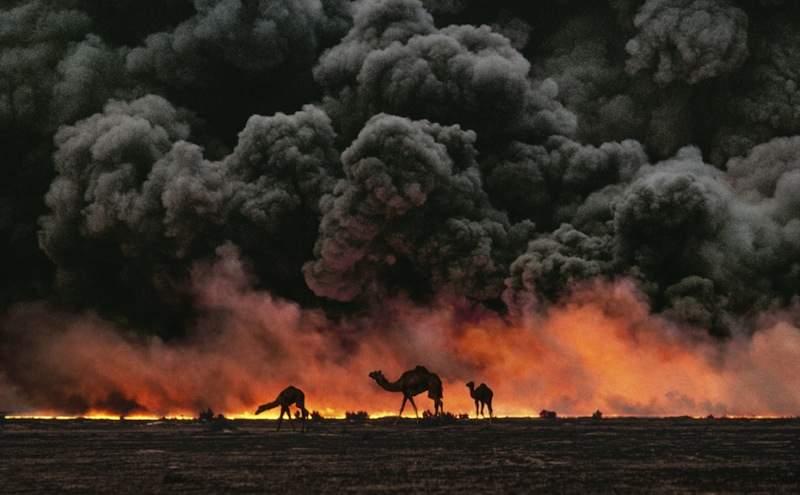 Il 17 gennaio 1991 esplode la Guerra del Golfo: i bombardieri americani distruggono pozzi petroliferi in Iraq.