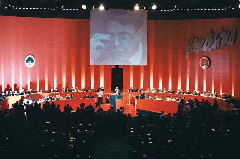 Achille Occhetto alla tribuna del XX e ultimo congresso del Pci del 1991. Nasce il Pds.