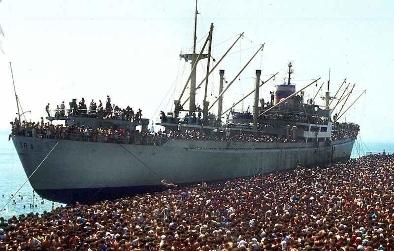 Dai primi giorni di marzo del 1991 vi furono massicci sbarchi di profughi albanesi sulle coste pugliesi; il più clamoroso fu quello della nave Vlora che attraccò al porto di Bari il 8 agosto 1991 con migliaia di albanesi (forse 20.000) a bordo.