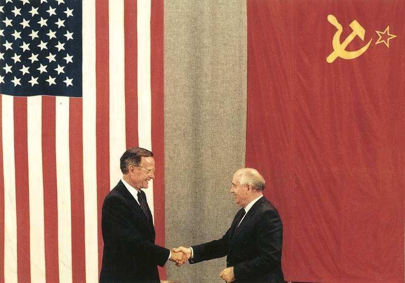 George Bush, presidente Usa, e Mikhail Gorbaciov, presidente Urss, siglano il Trattato Start per la riduzione delle armi nucleari il 31 luglio 1991 a Mosca.