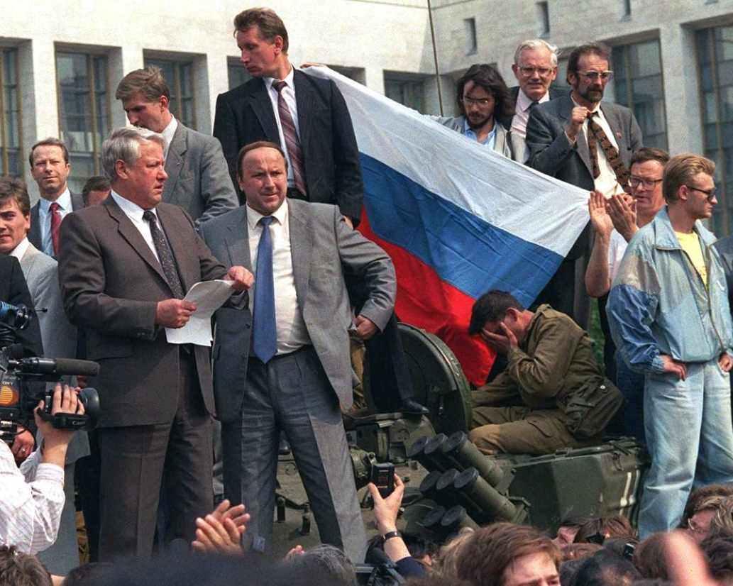 Il 19 agosto 1991 Boris Eltsin a Mosca, dall'alto di un carro armato, arringa i moscoviti e le forze armate affinché resistano al colpo di stato dei conservatori del Pcus contro Gorbaciov.