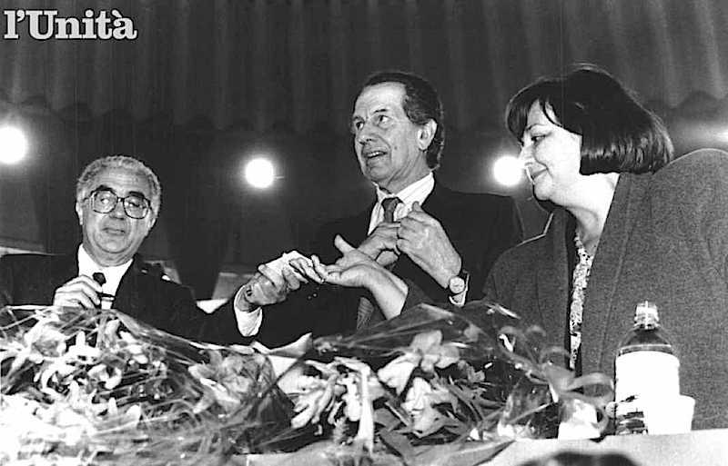 Il Movimento per la Rifondazione Comunista nel suo congresso del 15 dicembre 1991 si trasforma in partito (PRC); Sergio Garavini (al centro nella foto) viene eletto segretario.