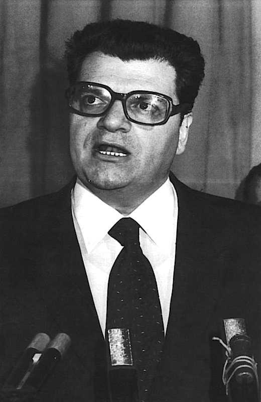 Pietro Longo, ex segretario del Psdi, il 30 aprile 1992 viene condannato definitivamente a 2 anni e sei mesi per uno scandalo di tangenti. Passerà solo 5 mesi in carcere, quindi verrà affidato ai servizi sociali.