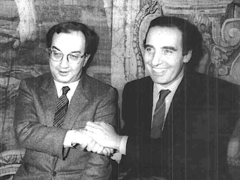 Tognoli (a sinistra) e Pillitteri, ex sindaci socialisti di Milano, sono inquisiti nell'ambito di Tangentopoli.