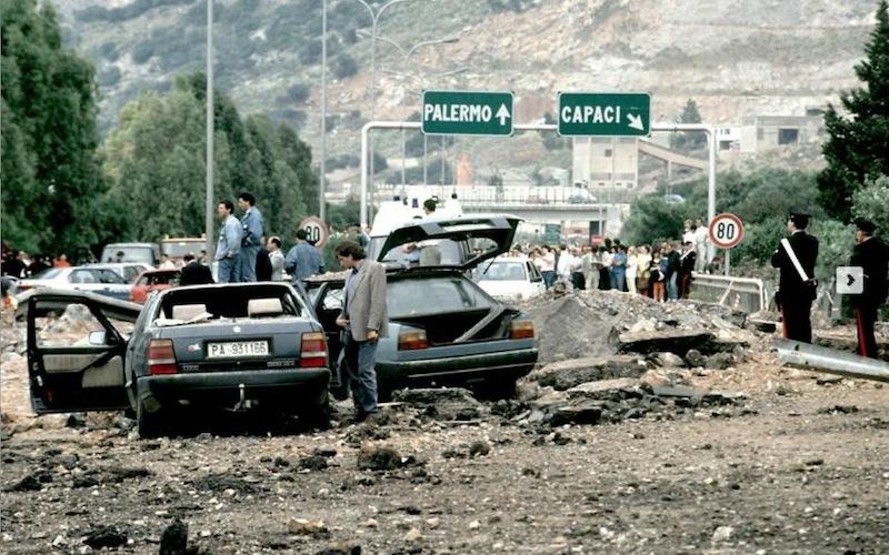 Lo scenario dell'attentato mafioso di Capaci in cui morirono il giudice Giovanni Falcone, la moglie Francesca Morvillo e i tre agenti della scorta, Vito Schifani, Rocco Dicillo e Antonio Montinaro.