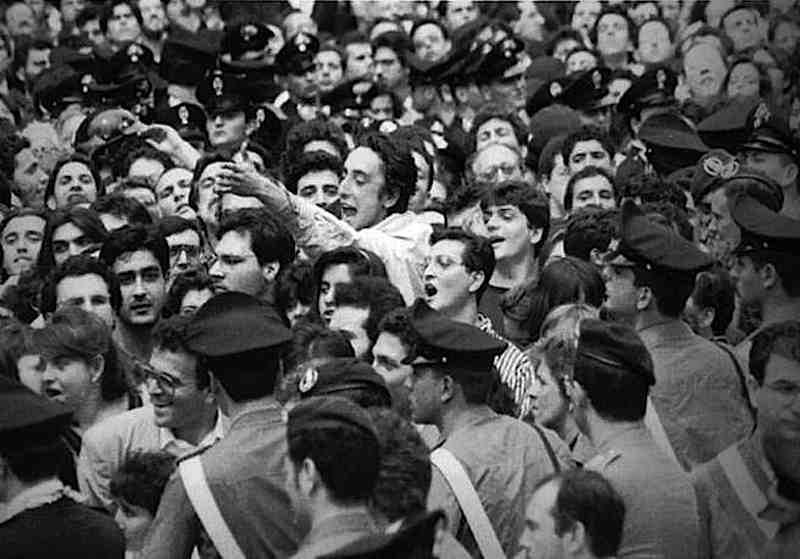 Dure contestazioni si levano dalla numerosissima folla che assiste ai funerali per le vittime di Capaci.