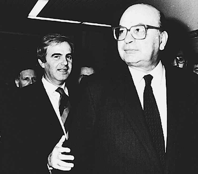 Mario Chiesa, che fece scoppiare le indagini di Mani pulite, con il suo patrono politico Bettino Craxi.