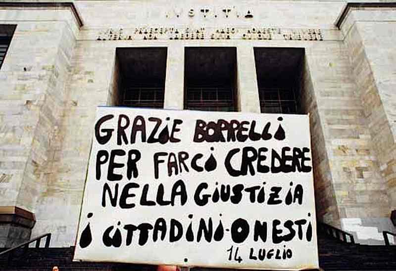 Davanti al tribunale di Milano: cartello di sostegno al pool di Mani pulite.
