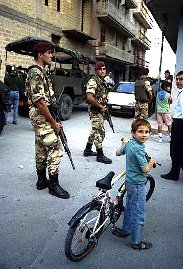 """Militari in pattugliamento durante l'operazione """"Vespri siciliani"""" nel 1992."""