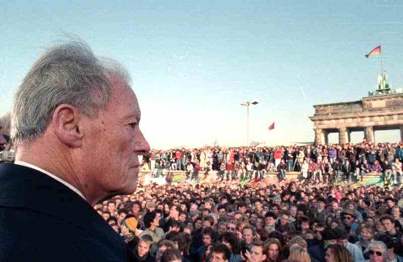 L'8 ottobre 1992 muore Willy Brandt, ex cancelliere della Germania Ovest, ritratto in questa foto il 10 novembre 1989 alla grande manifestazione per la caduta del muro di Berlino.
