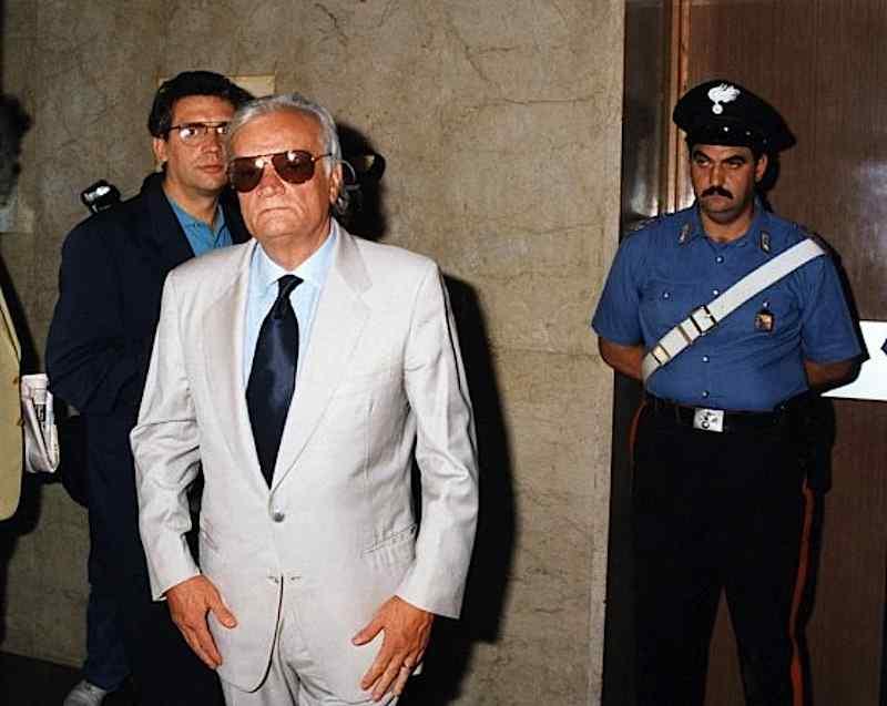 Bruno Contrada, funzionario della Questura di Palermo e del Sisde, viene arrestato per associazione mafiosa il 24 dicembre 1992.