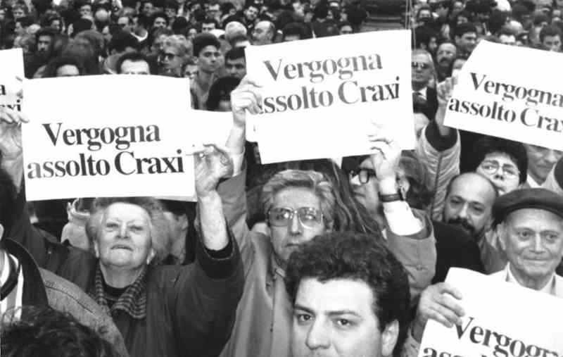 Manifestanti davanti a Montecitorio contro il voto che assolve Craxi dalle accuse della magistratura.