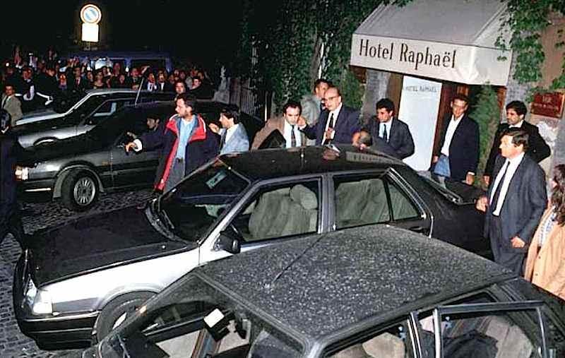 Il 30 aprile 1993 Bettino Craxi viene fatto oggetto di un fitto lancio di monetine all'uscita dall'hotel Raphael, sua residenza romana.