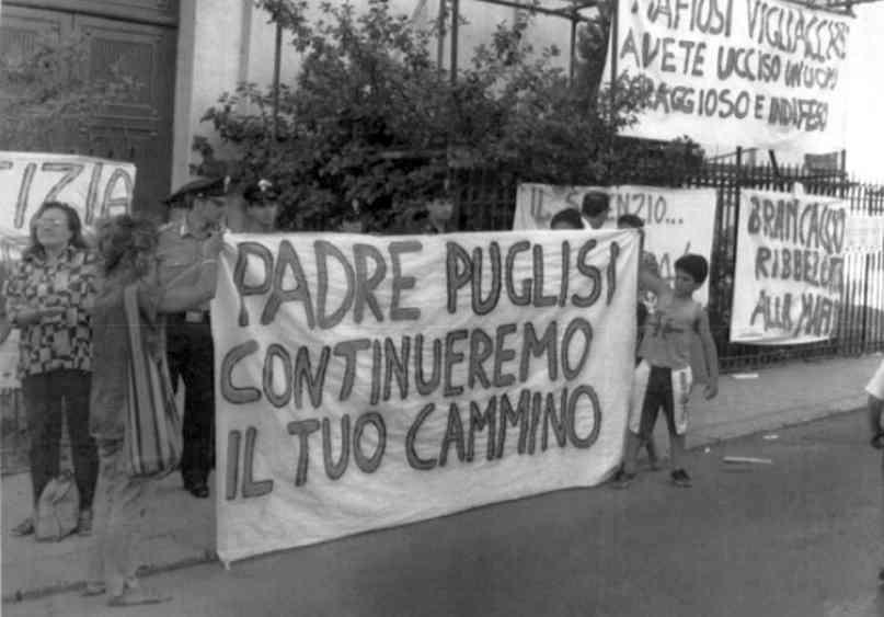 Abitanti del quartiere Brancaccio di Palermo manifestano contro la mafia davanti alla parrocchia di don Puglisi, il giorno successivo al suo assassinio.
