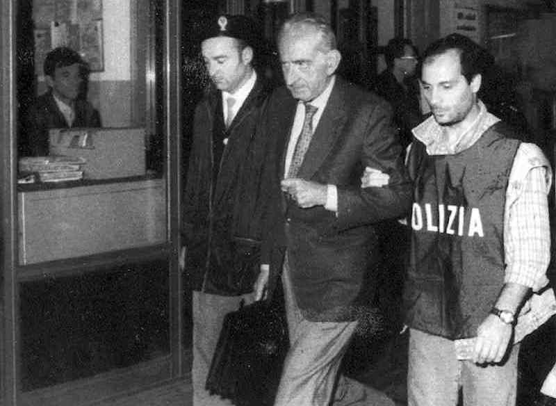 Duilio Poggiolini, arrestato il 20 settembre 1993 a Lugano per lo scandalo delle tangenti della Sanità, viene estradato in Italia.