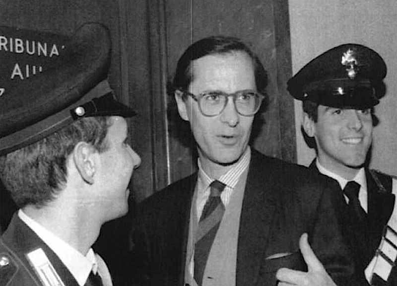 Il 28 ottobre 1993 si apre il processo Enimont per le tangenti ai partiti politici. Tra i principali accusati figurano Forlani, Craxi, Altissimo. Intermediario è Sergio Cusani (in foto), dirigente del gruppo Montedison.