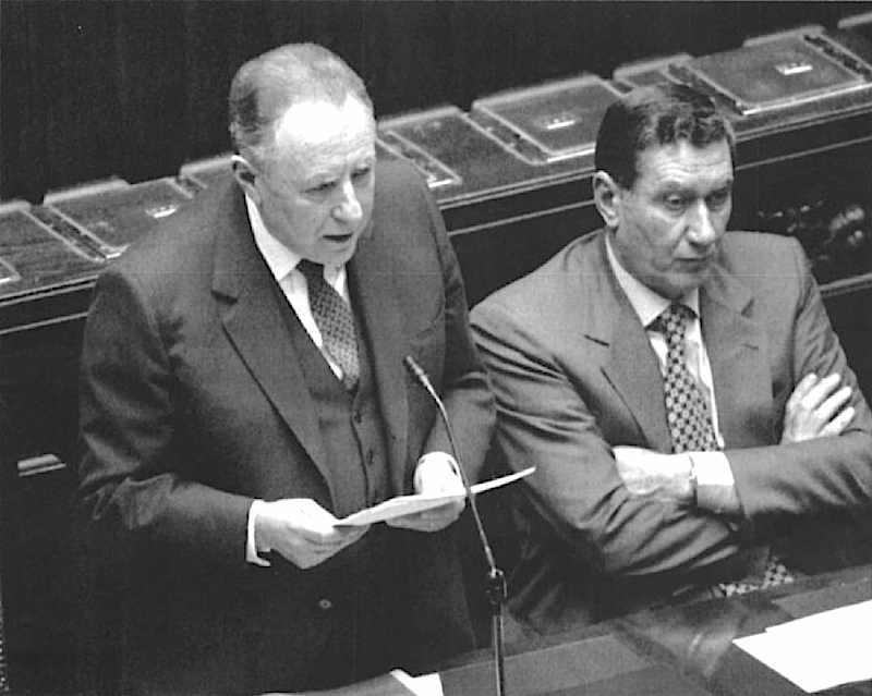 Ciampi il 12 gennaio 1994 presenta al Parlamento le dimissioni del suo governo.