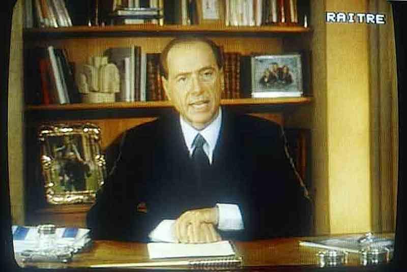 """Berlusconi nel videomessaggio del 26 gennaio 1994, in cui dichiara la sua """"discesa in campo""""."""