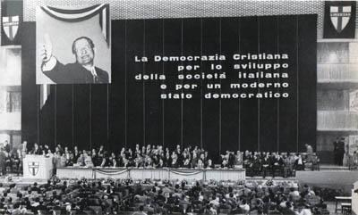 La tribuna del IX congresso.