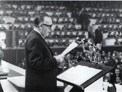 Mariano Rumor espone la sua relazione al congresso.