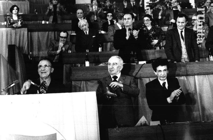 Longo e Berlinguer applaudono l'intervento di Carrillo, segretario dei comunisti spagnoli.