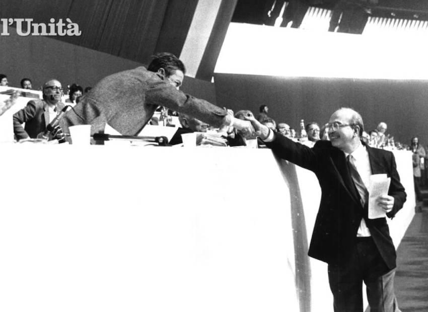 Il saluto di Craxi a Berlinguer.