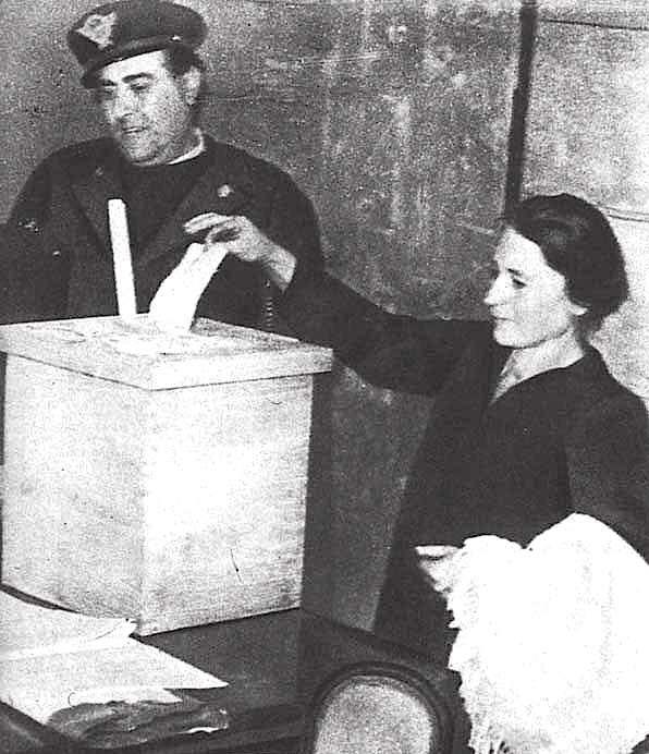 Donna al voto per la Costituente.
