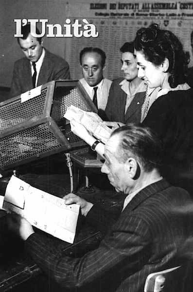 Donna impegnata nello scrutinio del 2 giugno 1946.